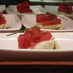 canelon de guacamole con sashimi de atún