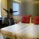 Blij met hotelkamer