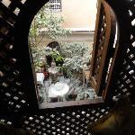 Blick vom kleinen Balkon des Zimmers Assalam in den Innenhof