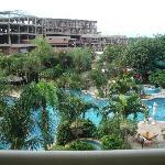 Vista panoramica de la piscina de la habitacion.