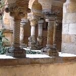 Les colonnes toutes sculptées de la petites église