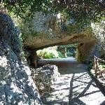 Gang unter den Kalksteinfelsen
