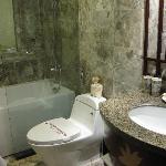 とてもきれいなバスルーム、湯量も十分