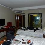 La chambre avec la douche au fond
