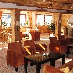 Lounge mit offenem Kamin