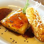 Filete de doncella glazeado con miel de ajonjolí acompañado de papas a la duquesa