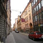 rue extrêmement calme et pourtant à quelques mètres, petits cafés et petits restos abondants.