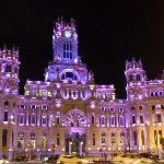 palacio iluminado de noche
