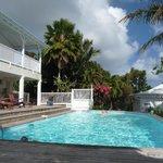 vue piscine avec villa sur la gauche