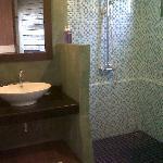 La très belle et fonctionnelle salle de bains
