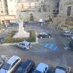 Parking frente al hotel