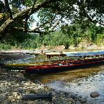 Langboot am Ufer