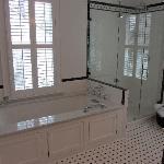Colonial Bath w/ seperate rain shower and whirlpool air-tub