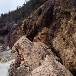 溶岩質の海岸線です