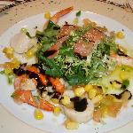 Mini ensalada de langostinos, viera y salmon ahumado