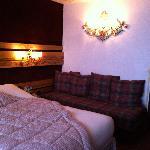 vue de la chambre : lit et canapé