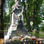 ' ' from the web at 'https://media-cdn.tripadvisor.com/media/photo-l/02/61/9d/18/dostoevsky-s-grave.jpg'