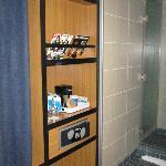 armadio e safe in faccia al lavabo