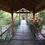 Puente que crusa el río hacia el karaoke