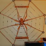 Araña tallada en madera en recepcion del hotel