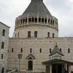 la Basilica dell'Annunciazione davanti alla Casa