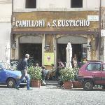 la facciata del locale con i tavolini esterni