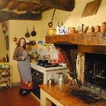 'Italiensk' husmor på Antica Casa Naldis rustikke kjøkken.
