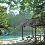 南峇山腳下, 有個露天阳光泳池.