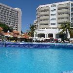 Photo prise à la piscine et vue de l'hotel