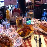 Hot Dogs und Pommes mit chilli cheese und dazu ein Bier!