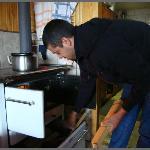 Prendiendo la cocina a leña