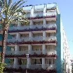 El Hotel da a dos calles