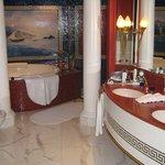 Das Badezimmer. Die Dusche ist größer, als so mancher Aufzug in Deutschland!