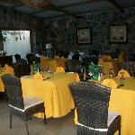 Jolie salle à manger, couleur des nappes changée chaque jour. Animation musique Séga, deux chant