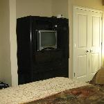 Small, very old TV in 2nd guestroom