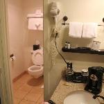 バスルームの手前には洗面所とコヒーメカーがあるのでラーメンも作れる