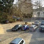 Blick auf den Parkplatz von Zimmer 409