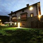 Fachada lateral, terraza y jardín de noche