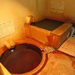 ラムネ温泉館・家族湯 低音の高濃度炭酸泉(手前)と高温の炭酸泉(奥)