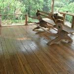 este suelo de madera le da resplendor al restaurante