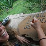 una voluntaria nos ayuda a rotular letreros de los senderos