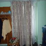 Kein Schrank vorhanden, Vorhang hängt halb lose