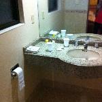 Baño desde la puerta de ingreso de la habitación