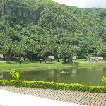 Vista de las cabañas al lado de la laguna
