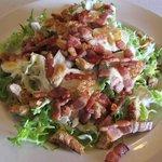 Salade avec lardons, croutons et oeufs durs