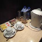 ミネラルウォーターとインスタントコーヒー