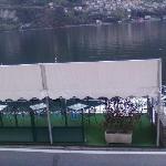 Terrazza con tavoli sul lago