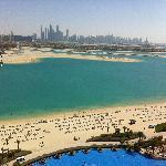 Blick nach Dubai Marina über den Pool
