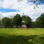 建物すぐ向かいにある公園広場