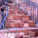 steile Eingangstreppe von der Straße